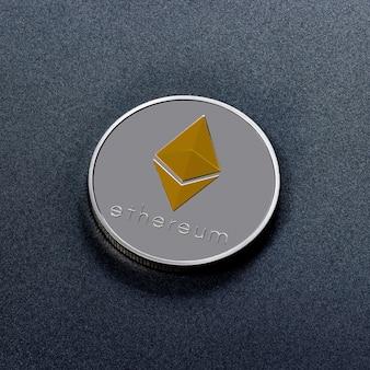 Серебряная монета ethereum с золотым символом, изображенным на темной поверхности. концептуальный образ всемирной криптовалюты и цифровой платежной системы. вид сверху