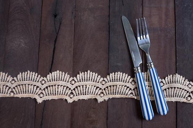 Серебряная вилка и нож привязаны и ситц и кружевная лента