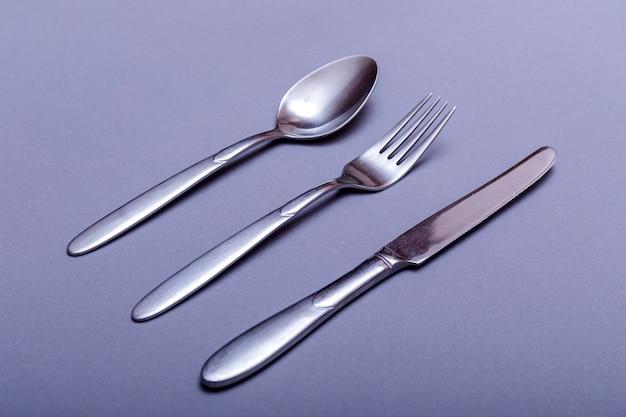 銀のフォーク、ナイフ、スプーン。