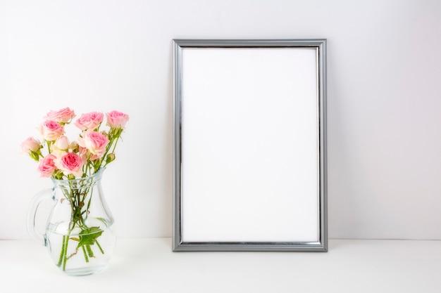 Макет серебряной рамки с розовыми розами в стекле