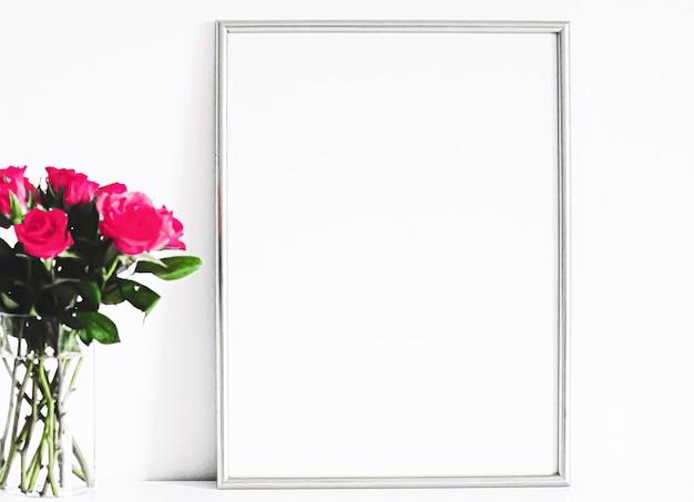 白い家具の銀のフレームの豪華な家の装飾とモックアップポスターの印刷と印刷可能なデザイン...