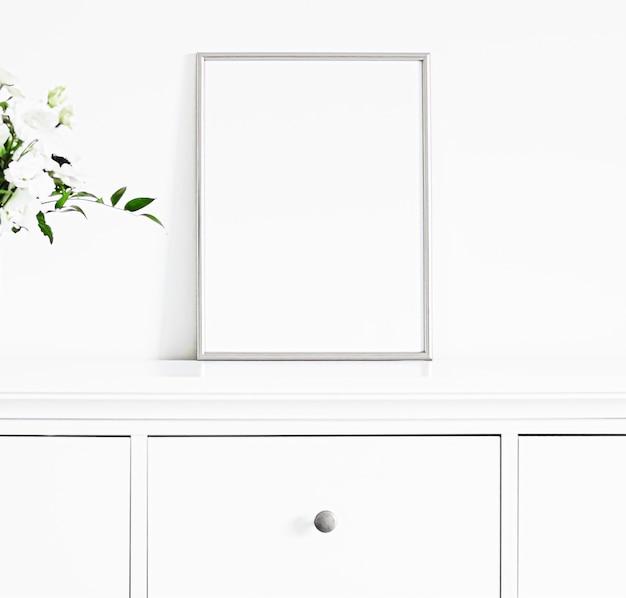 흰색 가구 고급 홈 장식 및 모형 포스터 인쇄 및 인쇄용 디자인의 은색 프레임...