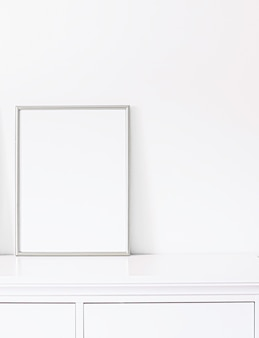 白い家具のシルバーフレーム豪華な家の装飾とモックアップポスタープリントと印刷可能なアートオンラインショップショーケースのデザイン