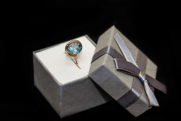 블랙에 고립 된 반지와 실버 선물 상자
