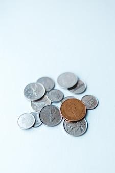 Monete rotonde d'argento e d'oro su bianco