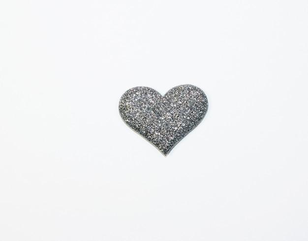 흰색 배경에 고립 된 발렌타인 실버 회색 빛나는 마음.
