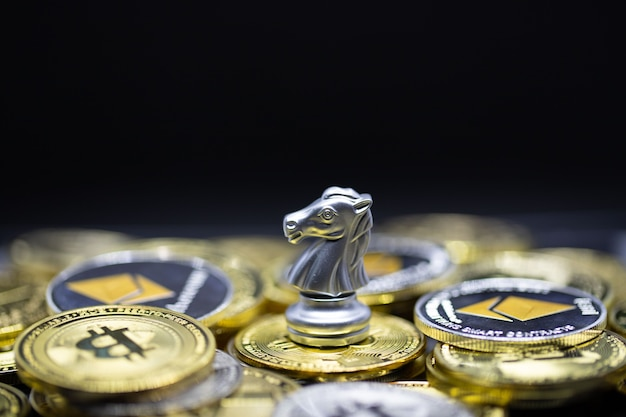 Crypto 통화의 silver horse는 경제 시장에서 편리한 지불이며, 체스 판 배경에서 금융 투자 무역 개념을 위한 미래의 현대 교환 방식입니다.