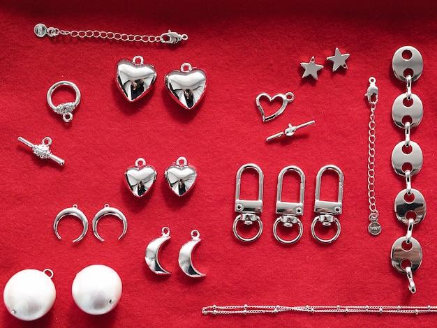 赤い背景の上の銀製の宝石類