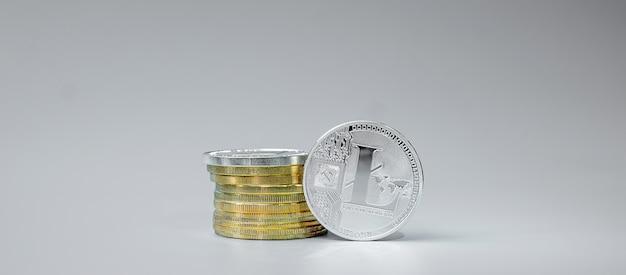 Стек серебряных монет litecoin на сером фоне