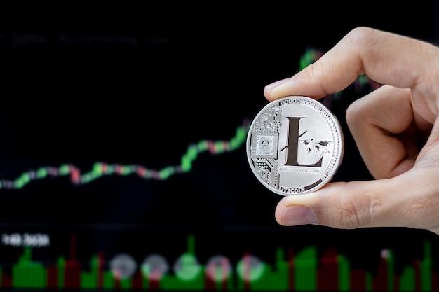 Серебряная монета litecoin с графическим фоном