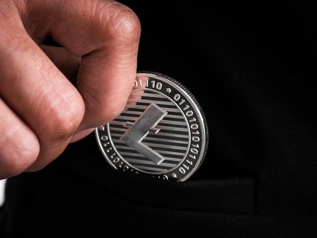 銀のライトコインが黒いスーツに入れられました。