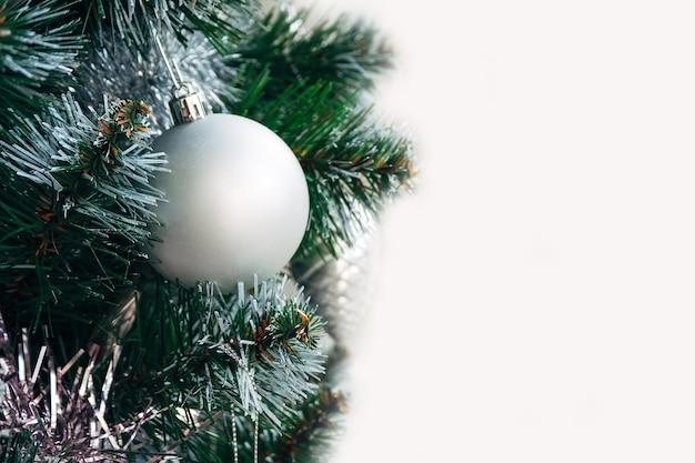 コピースペースのある人工的なクリスマスツリーのシルバーマットボール