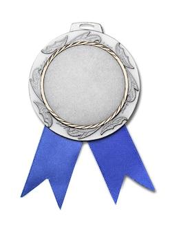 Серебряная медаль с лентой на белом фоне