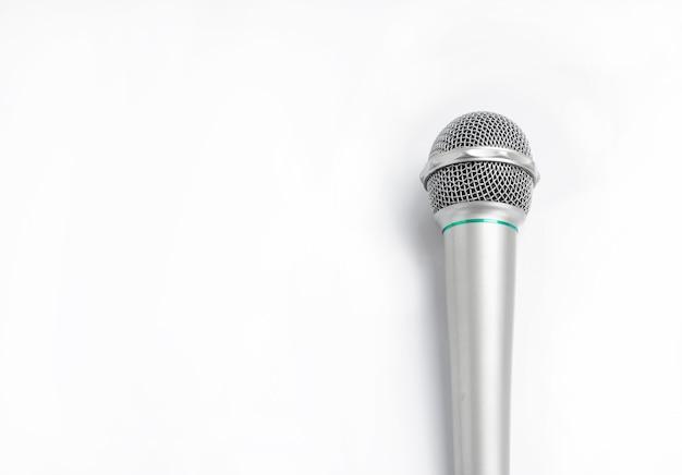 Серебряный микрофон на белом фоне.