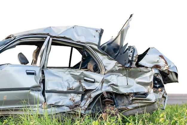 Серебряный современный автомобиль случайно получил серьезные повреждения. изолированные на белом. сохранить с помощью обтравочного контура
