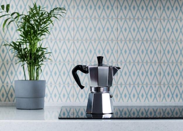 キッチンストーブのシルバーモカコーヒーポット。間欠泉コーヒーマシン。スペースをコピーします。