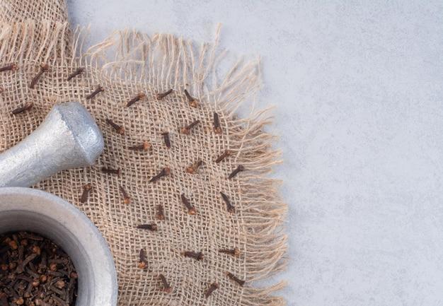 Серебряная ступка и пестик для смешивания специй и трав.