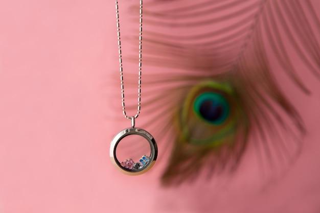 ガラスとクリスタルの貴金属を備えたクジャクの羽の豪華なシルバーチェーンのシルバーネックレス