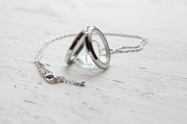 Серебряное ожерелье на белом текстурированном фоне