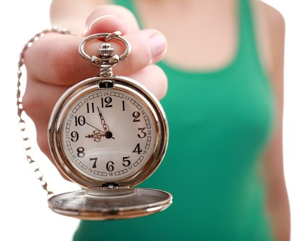 Серебряные карманные часы в руке крупным планом
