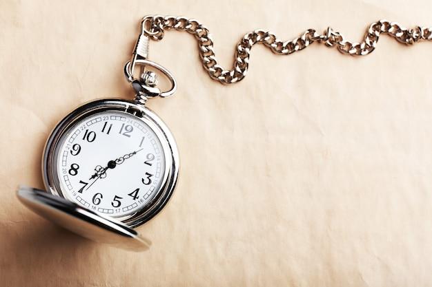 오래 된 종이에 실버 포켓 시계