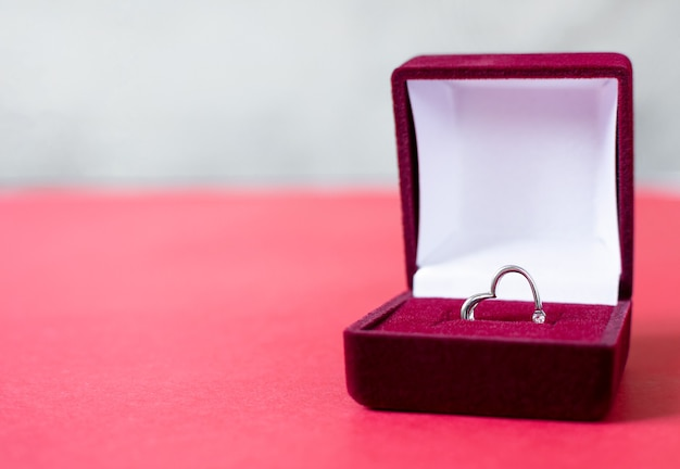 赤いボックスにシルバーのリングハート。 stバレンタインデープロポーズジェスチャープレゼント。