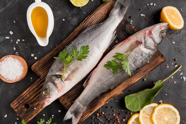 Серебряная рыба из морепродуктов на разделочной доске, вид сверху