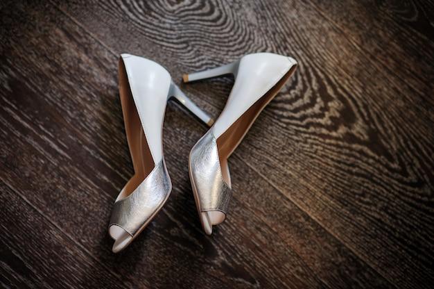 Серебряные туфли невесты на деревянном полу. доброе утро концепция.