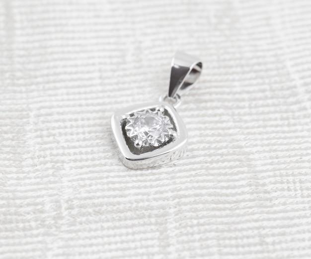 Серебряный кулон с одним бриллиантом