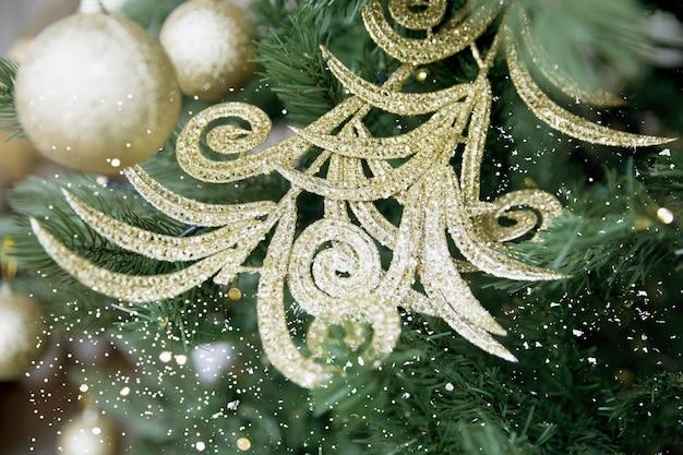 クリスマスツリーにシルバーのきらめく美しいおもちゃの枝とボール。お祝いのコンセプト。