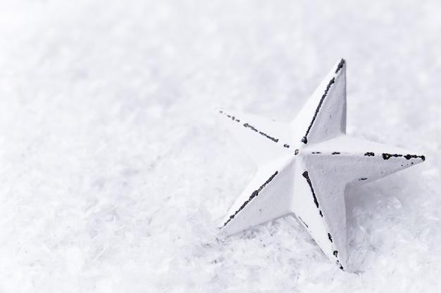 Серебряная звезда с елочными шарами на сверкающем фоне.