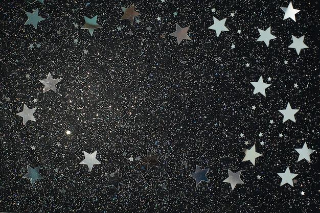 黒の背景に銀色の星。完璧なスターオーバーレイ。フラットレイ、上面図。