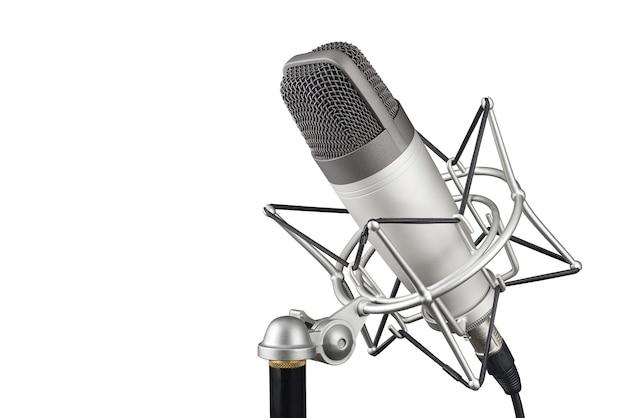 Серебряный студийный конденсаторный микрофон в изолированном противоударном зажиме