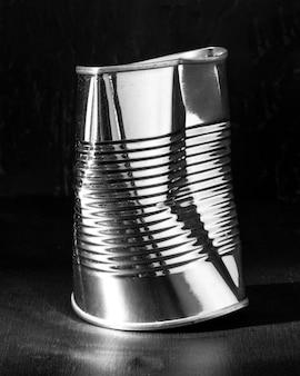 Barattolo di latta schiacciato rotondo alto d'argento