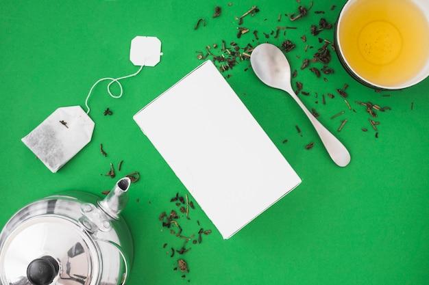 シルバーティーポット、スプーン、緑茶のハーブティー