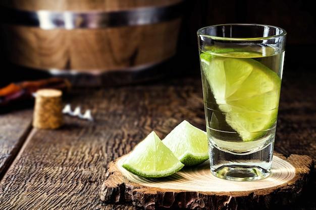 典型的なメキシコの蒸留飲料であるシルバーテキーラ、塩添え