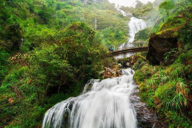 サパ、ベトナムの銀の滝