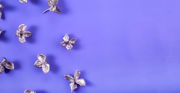 파란색 배경 상단 보기에 은빛 꽃, 텍스트 복사 공간이 있는 현대적인 파란색 겨울 배경. 고품질 사진
