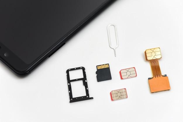 Simカード、メモリカード、スマートフォンの近くのピン