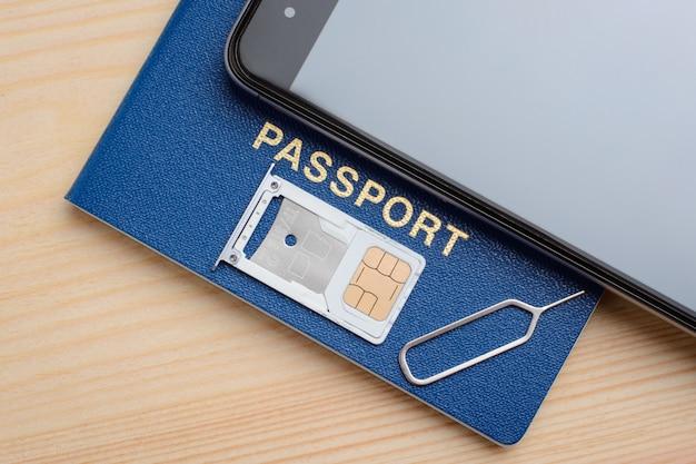 Simカードおよびマイクロsdメモリドライブ用のトレイ。登録および識別simカード