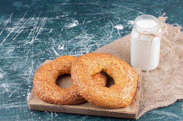 ゴマと牛乳の瓶でベーグルをシミット