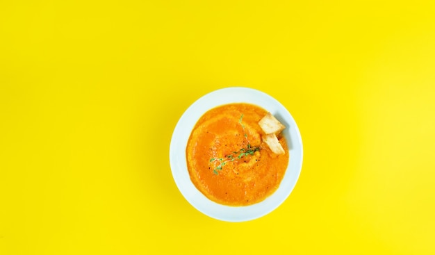 노란색 테이블에 차가운 크림 스프 가스 파초 끓이기
