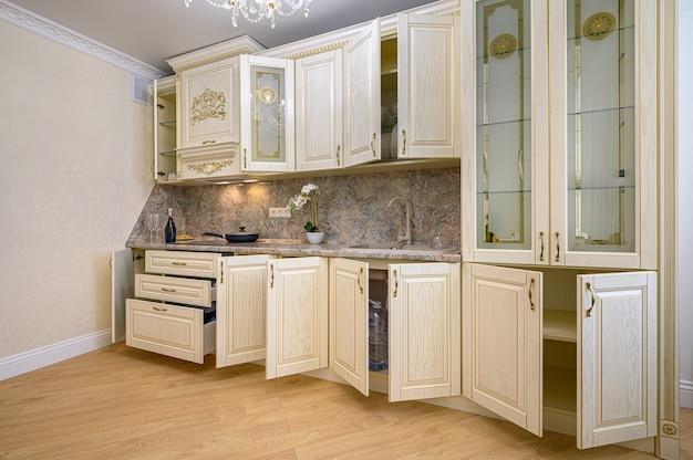 Простой и роскошный современный интерьер кухни в бежевом неоклассическом стиле