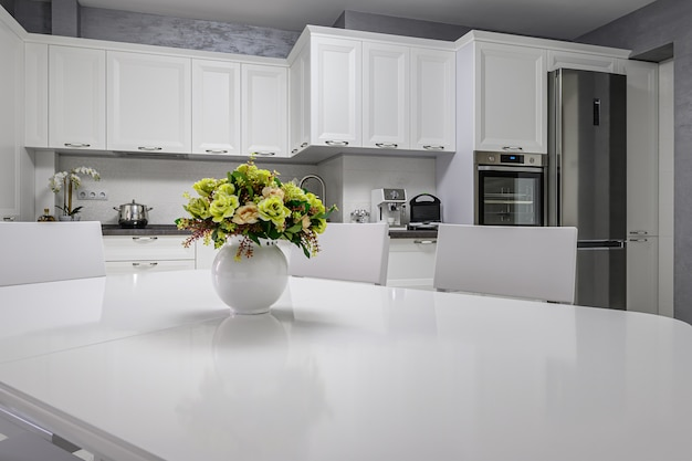 Простой и роскошный современный белый кухонный интерьер Premium Фотографии