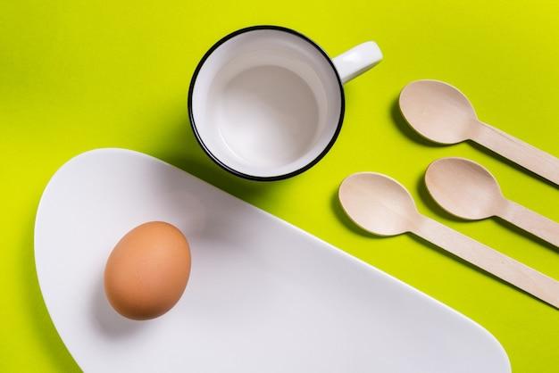 シンプルな朝食、白磁のゆで卵