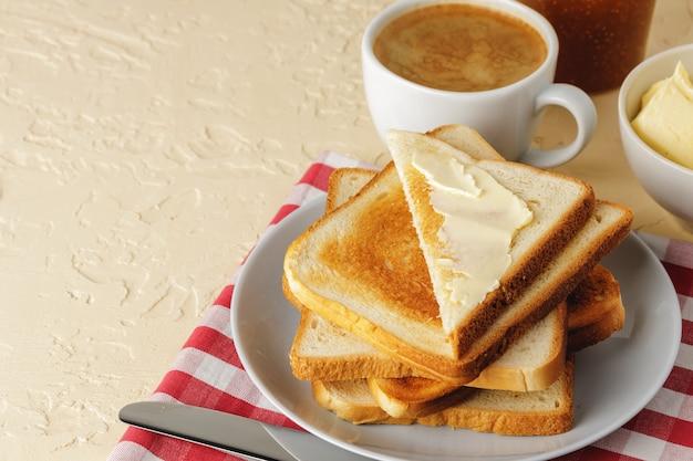 シンプルな朝食。バターで覆われたトーストしたパン