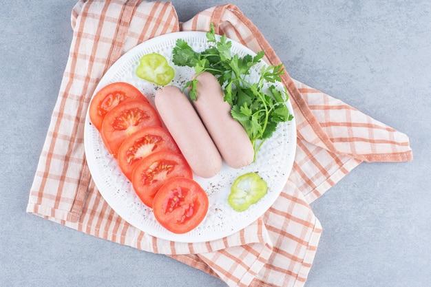 간단한 아침 식사. 야채와 소시지.