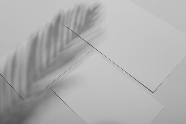 Semplice sovrapposizione di brochure con l'ombra della vegetazione