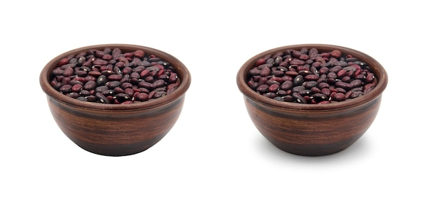 影と影のない白い背景に分離された小豆とシンプルなセラミックボウル