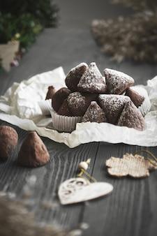 식물 가지와 나무 테이블에 간단한 크리스마스 트뤼플 사탕.